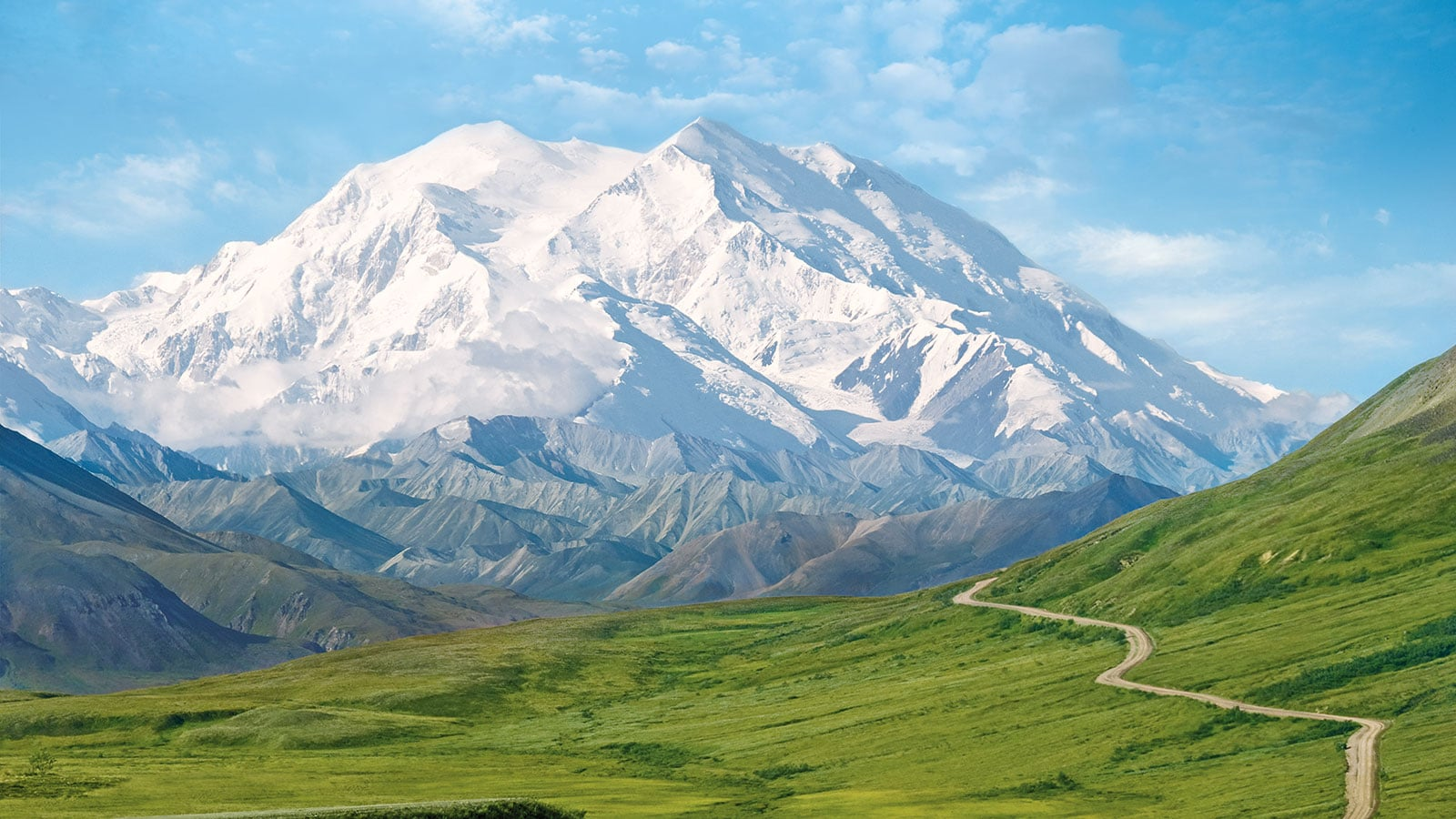 Beautiful mountains behind Denali National Park