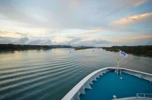 Vista del océano desde la proa de un barco Princess